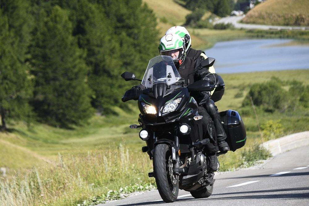 Moto sur route de montagne